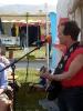Mike Stout singt auf dem Platz